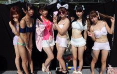 大阪・大阪城ウォーターパークにて水着姿でライブを披露したREADY TO KISS。
