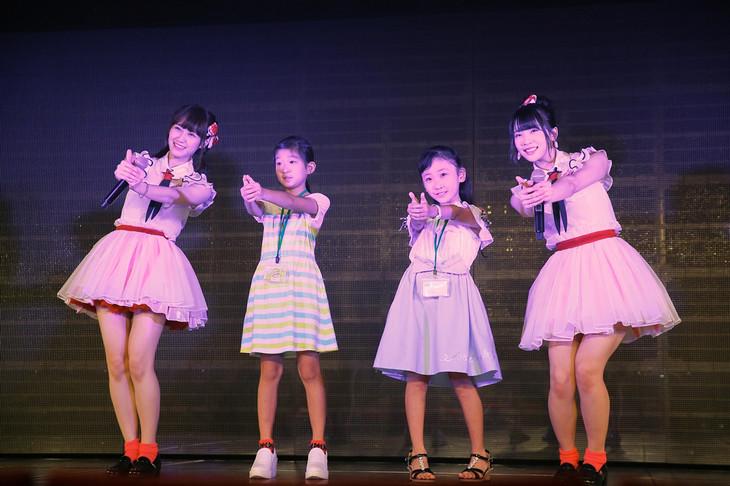 「NGT48劇場お仕事体験」に参加した西潟茉莉奈(左端)と奈良未遥(右端)。(c)AKS