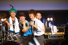 Mrs. GREEN APPLEのステージに飛び入りした窪田正孝(手前右)。(写真提供:関西テレビ)