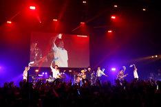 Mrs. GREEN APPLEと凡下高メンバーのコラボステージ。(写真提供:関西テレビ)