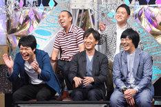 爆笑する「マジ歌」審査員たち。 (c)テレビ東京