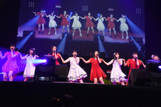 東京女子流とsora tob sakanaによるコラボレーションの様子。