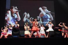 """古川未鈴(でんぱ組.inc)と""""センターになりたい""""アイドルたちによるコラボレーションの様子。"""