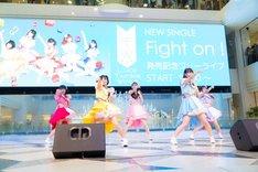 Luce Twinkle Wink☆「Fight on!」リリース記念イベント 東京・池袋サンシャインシティ噴水広場公演の様子。(撮影:マツモトタカユキ)