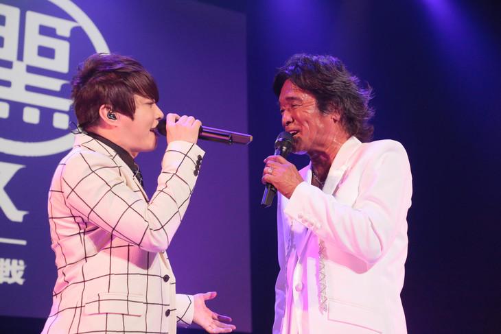 左から西川貴教、松崎しげる。