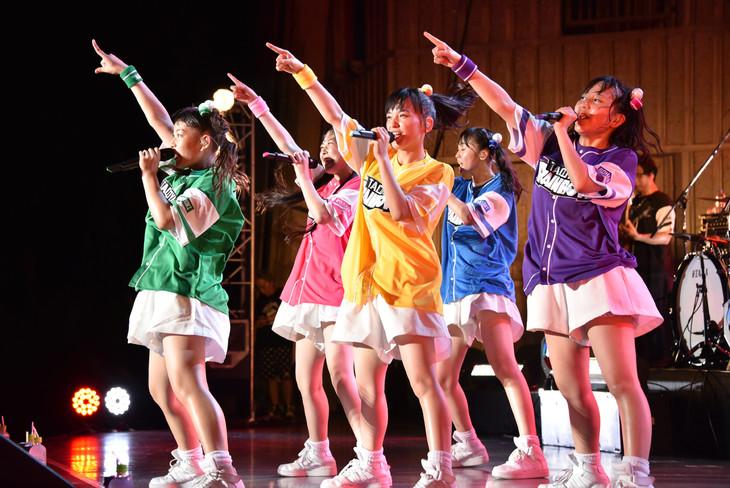 たこやきレインボー「オオサカアイドルフェスティバル2017」の様子。