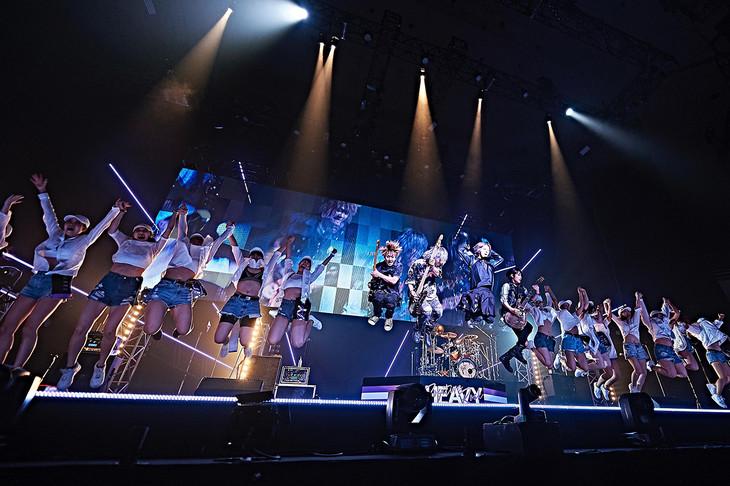 SuG「HEAVY POSITIVE ROCK」東京・日本武道館公演の様子。(提供:ポニーキャニオン)