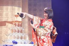 シャンパンタワーに初挑戦する咲良菜緒(チームしゃちほこ)。(Photo by HIROKAZU)