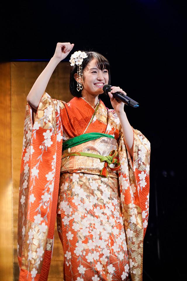 振袖を着て歌う咲良菜緒(チームしゃちほこ)。(Photo by HIROKAZU)