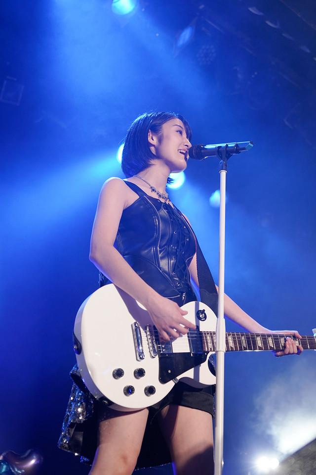 ギターを持って歌う咲良菜緒(チームしゃちほこ)。(Photo by HIROKAZU)