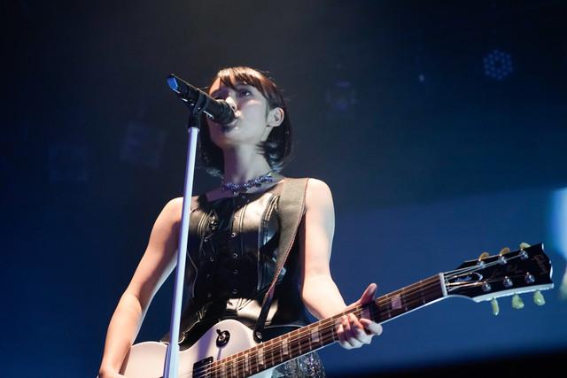 ギターを持ちながら歌う咲良菜緒(チームしゃちほこ)。(Photo by HIROKAZU)