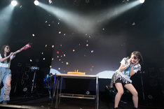 大黒柚姫似の謎のアシスタントに祝福される咲良菜緒(チームしゃちほこ)。(Photo by HIROKAZU)