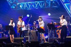 スガシカオ(左から2番目)がアレンジした「マカロニ」を歌うPerfume。(撮影:上山陽介)