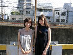左から吉澤嘉代子、モトーラ世理奈。