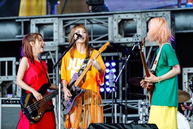左からTOMOMI(B, Vo)、HARUNA(Vo, G)、MAMI(G, Vo)。(撮影:上山陽介)