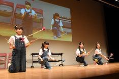 デビルスティックに挑戦する有友緒心、藤平華乃、日高麻鈴、岡田愛。