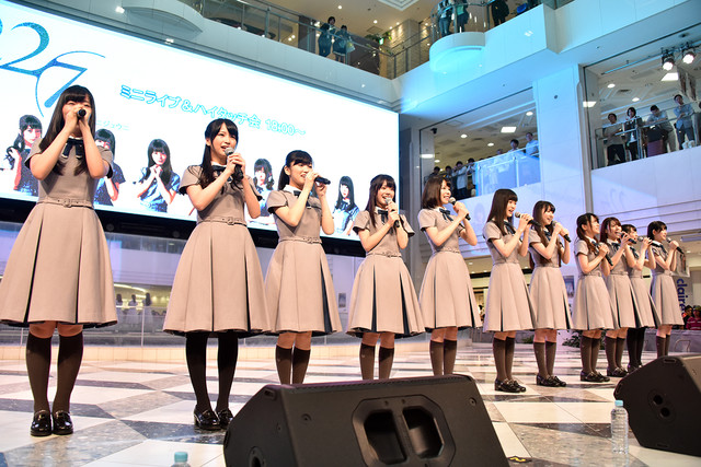 22/7「僕は存在していなかった」リリース記念イベント 東京・池袋サンシャインシティ噴水広場公演の様子。