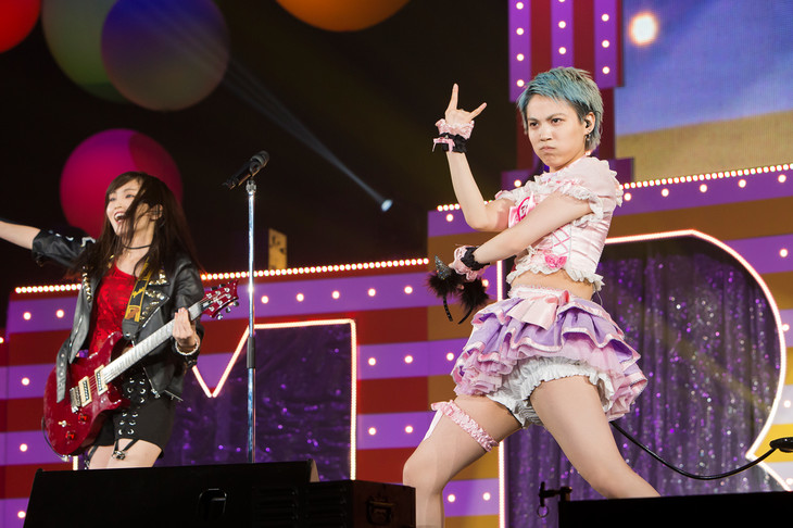 「ももきー」を歌う山本彩(左)と木下百花(右)。(c)NMB48