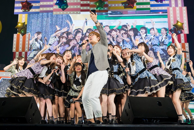 NMB48のライブをステージ上で撮影するHIKAKIN。(c)NMB48