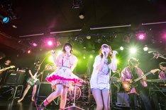 「IDOL SONG」を歌う大森靖子(左)と塚本舞(右)。