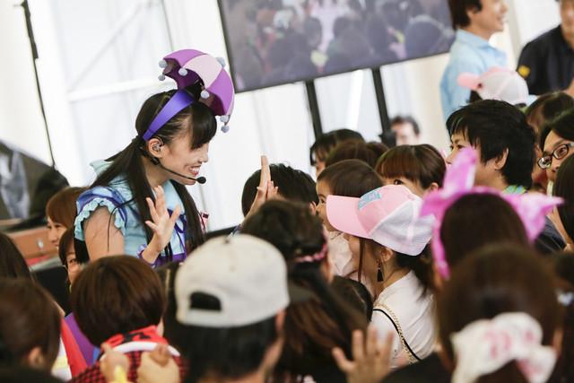 子供たちと戯れる高城れに。(Photo by Aya Horiguchi)