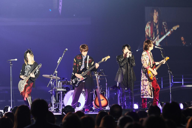 "GLAY「GLAY ARENA TOUR 2017 ""SUMMERDELICS""」新潟・朱鷺メッセ・新潟コンベンションセンター公演の様子。"