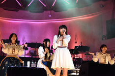 「マカロニ」を歌う中山莉子と後ろで座ったまま振り付けをするエビ中メンバー。