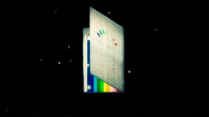 有安杏果「色えんぴつ」のミュージックビデオのワンシーン。