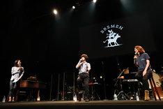 ライブ前に行われたトークセッションの様子。(撮影:上山陽介)