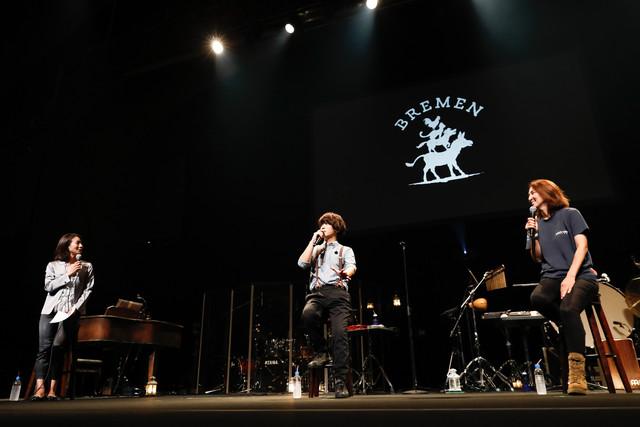 人気画像2位は「SEKAI NO OWARIが全国に思い届けた『ブレーメン』ライブ、横浜で終幕」より、ライブ前に行われたトークセッションの様子。(撮影:上山陽介)
