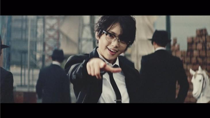 欅坂46「風に吹かれても」ミュージックビデオのワンシーン。