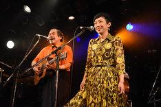 「人間だって動物だい」を歌う吾妻光良(左)と伊東妙子(右)。