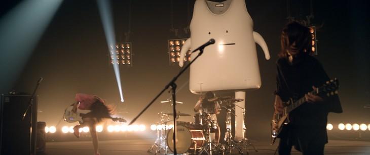 ヤバイTシャツ屋さん「Tank-top in your heart」ミュージックビデオのワンシーン。