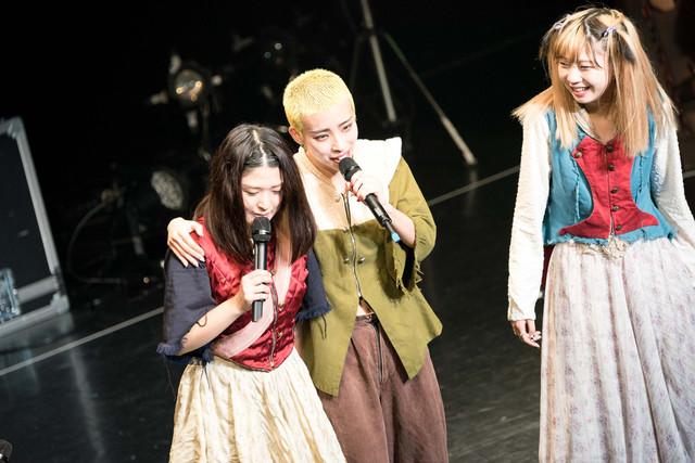 左からプー・ルイ、カミヤサキ、ペリ・ウブ。(Photo by Jumpei Yamada)