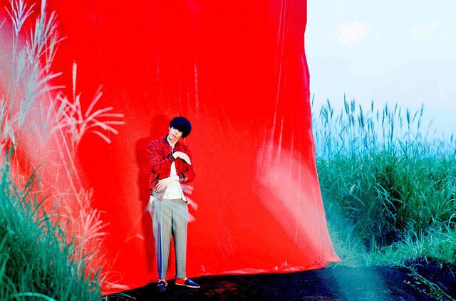 米津玄師の新しいアーティスト写真。(撮影:小浪次郎)