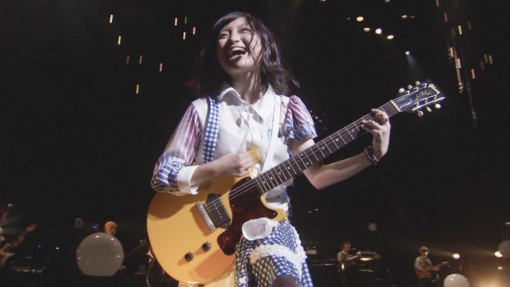 有安杏果「feel a heartbeat」のライブ映像のワンシーン。