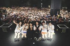 フィロソフィーのダンス「Do The Strand VOL.4」東京・渋谷CLUB QUATTRO公演で行われた記念撮影。(Photo by Genki Arata)