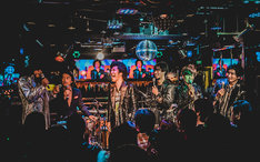 ダンス☆マン、DJ OSSHYとトークを繰り広げるBRADIO。(撮影:ヤマダマサヒロ)
