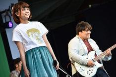 スカートTシャツで登場したKaede(左)。