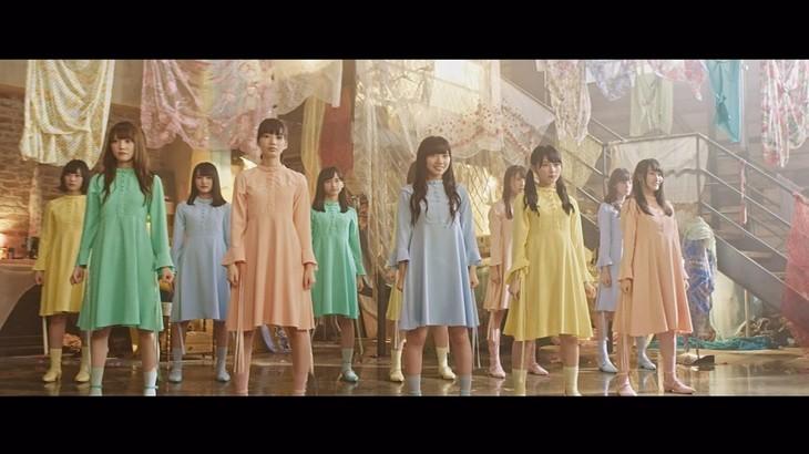 けやき坂46「それでも歩いてる」ミュージックビデオのワンシーン。