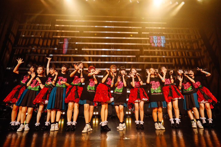アンコールで共演した私立恵比寿中学とBiSH。(撮影:上山陽介)