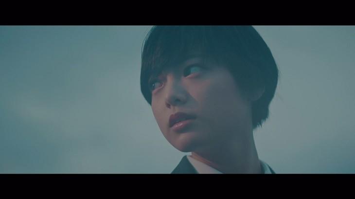 欅坂46「避雷針」ミュージックビデオのワンシーン。