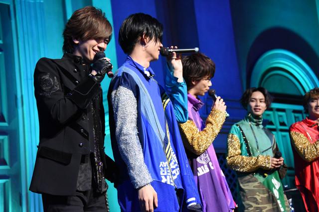 カイ(左から2番目)のお尻を触るDAIGO(左端)。