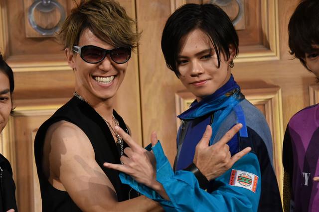 2人で一緒にうぃっしゅポーズを決めるSHINPEI(左)とカイ(右)。