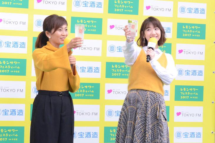 「レモンサワーフェスティバル 2017 in 中目黒」で乾杯する柏木由紀(右)。