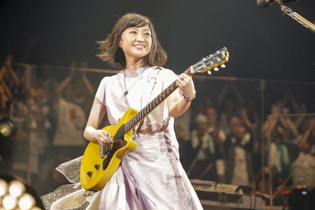 エレキギターを弾く有安杏果。(写真提供:キングレコード)