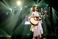 アコースティックギターで弾き語りを披露する有安杏果。(写真提供:キングレコード)