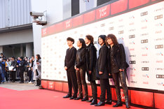 東京国際映画祭レッドカーペットに登場したTHE YELLOW MONKEYと松永大司。