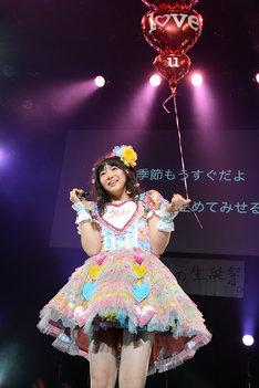 赤い風船を持ちながら「大好きだよ」を歌う中山莉子。