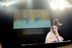 スクリーンに映し出されたエビ中メンバーと共に「サドンデス」をパフォーマンスする中山莉子。